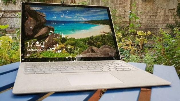 """iFixIt über Microsofts Surface Laptop: """"Dieser Laptop wurde nicht gebaut, um geöffnet oder repariert zu werden; er lässt sich nicht öffnen, ohne großen Schaden anzurichten."""" CPU, RAM und SSD wurden auf das Motherboard gelötet, damit man sie nicht tauschen kann. (Bild: Dominik Erlinger)"""