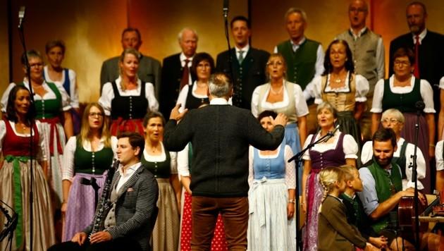 """Kirchenchor Bischofshofen sang """"A kloans Liadl voi Freid"""" (Bild: Gerhard Schiel)"""