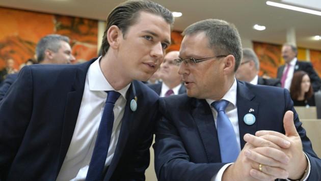 Nur selten saß Kurz bisher in den Reihen der Nationalratsabgeordneten - wie 2017 neben Klubobmann August Wöginger. (Bild: APA/HERBERT NEUBAUER)