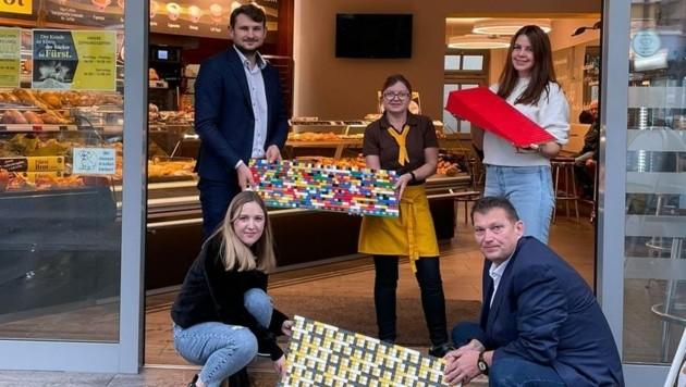 Annika Blutsch (li.) übergab jetzt die ersten Lego-Rampen. (Bild: Junge Generation Amstetten)