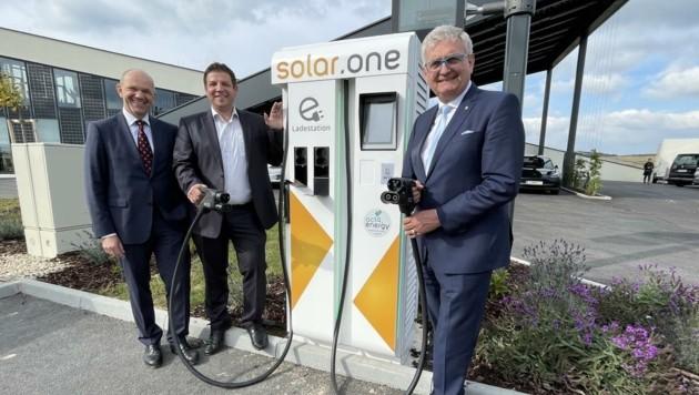 Thomas Weninger, Andreas Schneemann und Alfred Riedl (v. li.) bei der Eröffnung des neuen Kompetenzzentrums. (Bild: Schulter Christian)