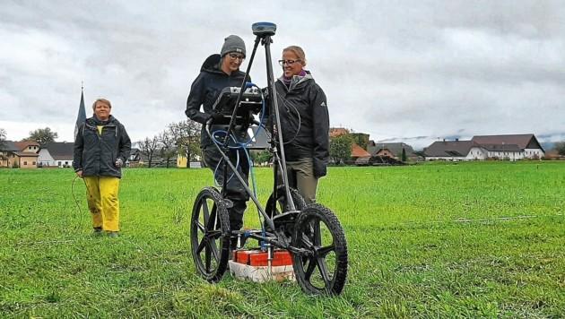Die Experten wollen auf den Feldern und Wiesen in Globasnitz jeden freien Quadratmeter mit dem Radargerät untersuchen. (Bild: ÖAW)