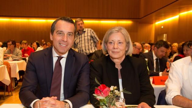 Gabi Sprickler-Falschlunger (re., mit Ex-Bundeskanzler Christian Kern) kandidiert für das Amt der SPÖ-Vorsitzenden. (Bild: Maurice Shourot)