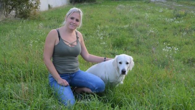 Katrin Waldherr mit Bailey. Die Hündin wurde bereits als sehr geeignet für die Arbeit als Schulpräsenzhund bewertet. Herbst 2022 geht's los. (Bild: Charlotte Titz)
