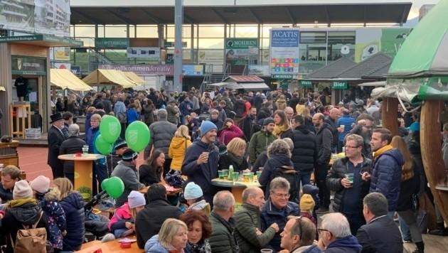Käsdönnola, heiße Maroni, süße Zuckerwatte und leckere Getränke lockten einige Besucher zum Reichshofstadion. (Bild: Austria Lustenau)