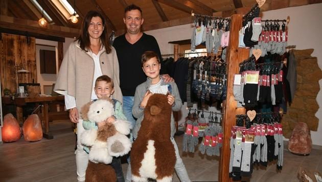 Jenny und Christian Artner mit ihren Söhnen Elijah (links) und Lino im hofeigenen Geschäft. (Bild: P. Huber)