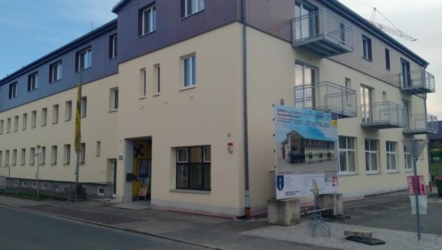 Das Gemeinde-Amtshaus von Gastern, in der sich auch die Raiffeisenbank-Filiale befindet, wird derzeit saniert. (Bild: Privat)