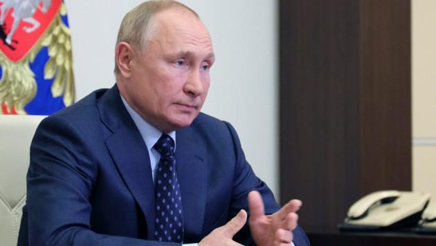 In Russland macht man sich derzeit Sorgen um den Gesundheitszustand von Präsident Wladimir Putin - der wiegelt jedoch ab, ihm gehe es gut. (Bild: AP)
