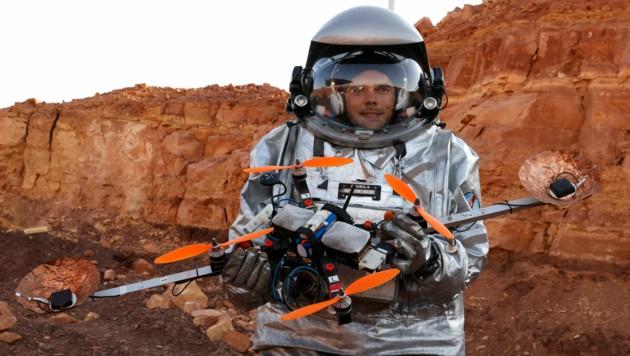 Der Österreicher Robert Wild testet im Rahmen der Mission unter anderem Drohnen. (Bild: AFP/Jack Guez)