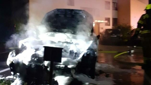 Vier Feuerwehren rückten nach der Brandstiftung in Ebensee aus. (Bild: Freiwillige Feuerwehr Roith/Facebook)
