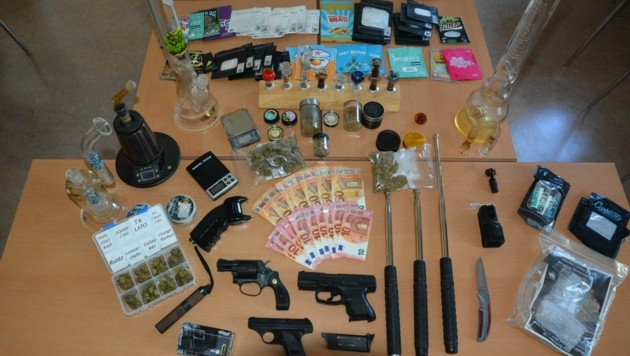 Die Polizisten stellten Drogen, unerlaubte Waffen und Bargeld sicher. (Bild: Polizei Hallein)