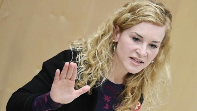 SPÖ-Frauenvorsitzende Eva Maria Holzleitner reagierte empört auf die Aussagen von Frauenministerin Susanne Raab. (Bild: APA/ROBERT JAEGER)
