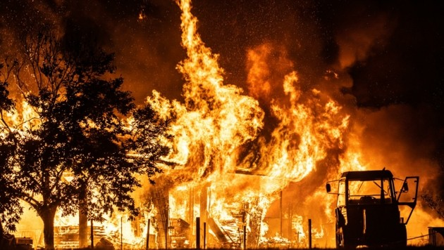 Dachstuhl und Mauern brannten völlig ab. Die Tiere wurden in Sicherheit gebracht. (Bild: Brunner Images | Brunner Philipp)