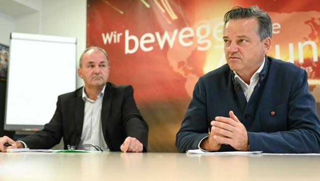 Wolfgang Schneckenreither (vorne), Obmann der Sparte Transport und Verkehr in der Wirtschaftskammer Oberösterreich, mit Christian Strasser, Geschäftsführer der Sparte. (Bild: Markus Wenzel)