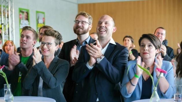 Rudi Hemetsberger (Mitte) war zwölf Jahre Landesgeschäftsführer der Grünen in Salzburg, nun wird er Bürgermeister von Attersee. (Bild: Horst Einöder/Flashpictures)