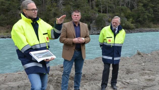 Projektleiter Klaus Feistmantl erklärt dem Stamser BM Markus Rinner und Tiwag-Vorstand Johann Herdina (v.l.) die Bauschritte (Bild: DAUM Hubert)