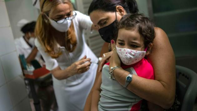 Ein Bild aus Kuba, wo bereits Kinder ab 2 Jahren geimpft werden. Auch die Slowakei beginnt mit der Impfung von Risiko-Kindern ab 5 Jahren. (Bild: AP)