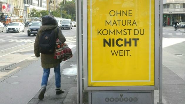 """Eines der Sujets der Plakatkampagne von Billa mit der Aufschrift """"Ohne Matura kommst du nicht weit"""" (Bild: APA/Georg Hochmuth)"""