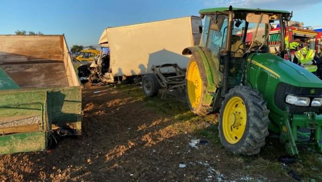 Beide Fahrzeuge wurde schwer beschädigt. (Bild: APA/FF WULLERSDORF)