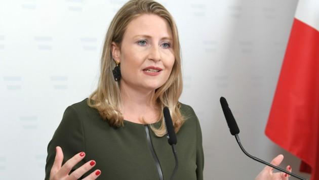 """Beim Vorwurf, die ÖVP habe die Kinderbetreuung ausgebremst, werden """"gezielt Unwahrheiten verbreitet"""", findet Familienministerin Susanne Raab. (Bild: APA/ROLAND SCHLAGER)"""