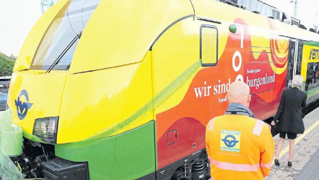 Das Landesjubiläum ziert auch einen der neuen Züge (Bild: Reinhard Judt)