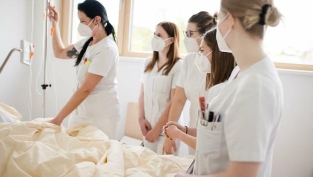 Viel zu tun in der Kranken- und Altenpflege. Millionen Über- und Urlaubsstunden sind offen, warnt die AKNÖ. (Bild: Daniela Führer)