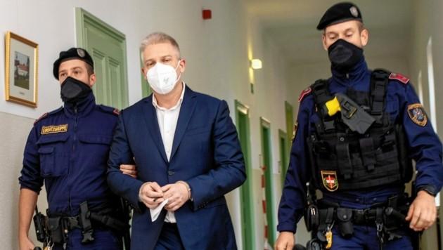 Julian Hessenthaler auf dem Weg zum Prozess (Bild: Imre Antal)