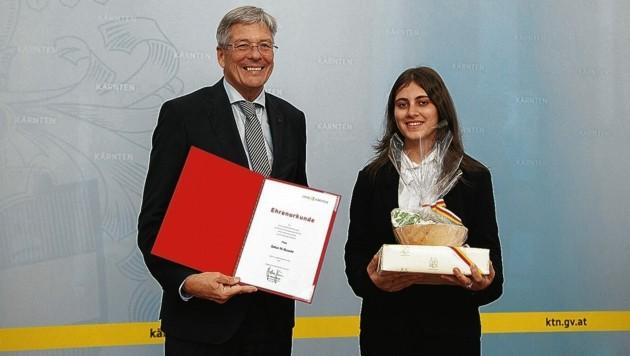 LH Peter Kaiser ehrte die Lebensretterin Sahar Al-Dusake. (Bild: Landespressedienst Kärnten/Just)