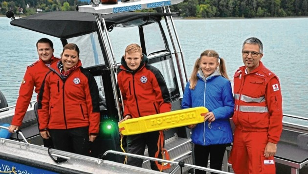 Moritz Wolfsgruber von der Villacher Wasserrettung (in der Mitte) wurde von der Einsatzstelle Faaker See nochmals für seinen beispielhaften Einsatz als Ersthelfer gedankt. (Bild: Österreichische Wasserrettung Ei)