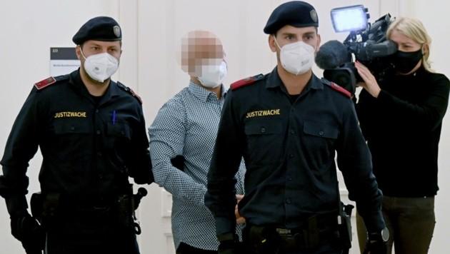 Der Angeklagte begleitet von Justizwachebeamten (Bild: BARBARA GINDL)