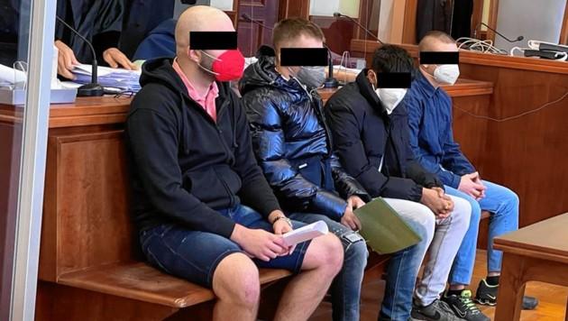 Rechts außen der Hauptangeklagte und seine drei Kumpane, die sich als Beitragstäter zum Mordversuch verantworten müssen (Bild: Gabriela Gödel, Krone KREATIV)