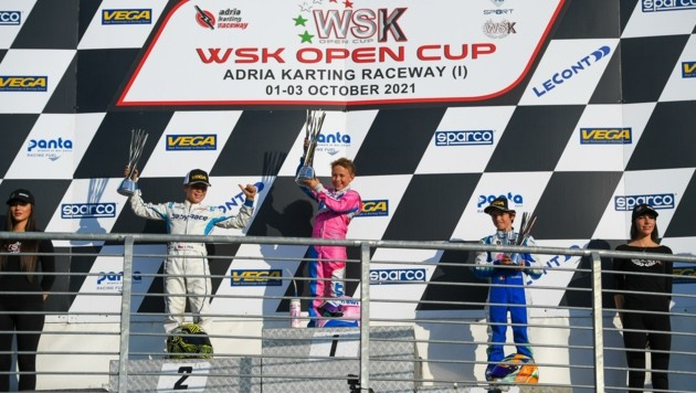 Klein-Niklas (Mitte) mit dem großen Pokal. Davor hatte er in Italien den Gesamtsieg in der weltweit höchsten Kart-Rennserie seiner Altersklasse erobert. (Bild: Daniel Schaufler)