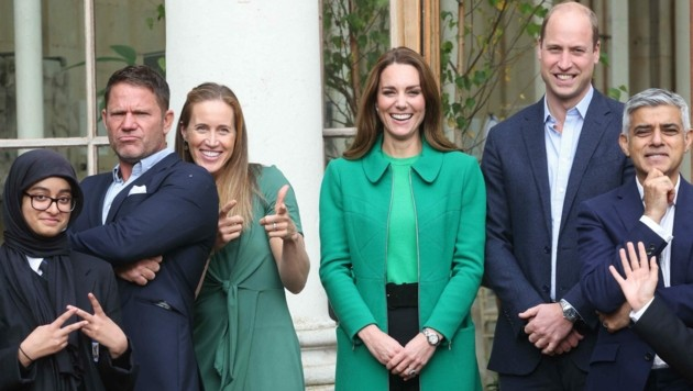 Prinz William und Herzogin Kate posieren im botanischen Garten Kew Gardesn mitdem Londoner Bürgermeister Sadiq Khan (r.), dem Naturforscher Steve Backshall (2. v. l.) und der olympischen Ruderin Helen Glover (3. v. l.) (Bild: APA/Photo by Ian Vogler/AFP)