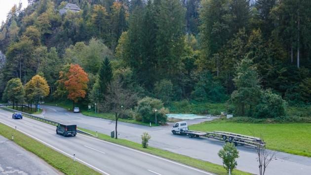 Am Fuß der Burg Kniepass parken derzeit noch LKW (Bild: Kerstin Joensson)