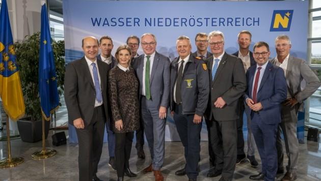 Fachleute, Journalisten mit Moderatorin Christa Kummer und Initiator Stephan Pernkopf (Bild: NLK Filzwieser)