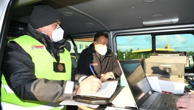 Im mobilen Büro überprüfte die Finanzpolizei Papiere vor Ort (Bild: Huber Patrick)
