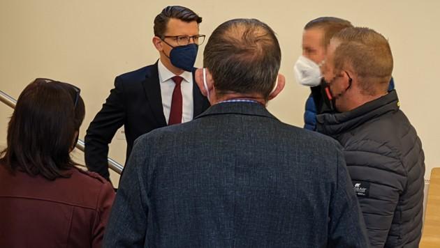 Die vier Angeklagten mit ihrem Verteidiger Rémy Horcicka (Bild: Benedict Grabner)