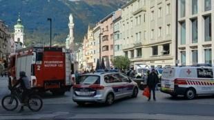 Ein Großaufgebot an Einsatzkräften vor dem Einkaufszentrum (Bild: Manuel Schwaiger)