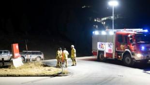 Neben Rettung und Polizei rückten auch Feuerwehrleute zum Unfallort aus (Bild: Zeitungsfoto.at/Team)