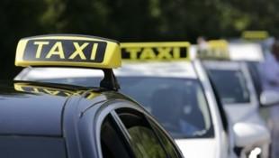 """Dachleuchte und """"TX"""" im Kennzeichen, dann ist man als Fahrgast auf der (relativ) sicheren Seite. (Bild: Groh Klemens)"""