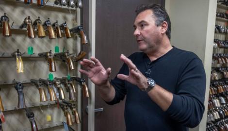 Guillaume Delouche ist Experte für Requisiten (Bild: AFP)