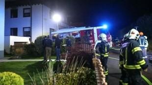 Im Obergeschoß eines Wohnhauses in einer Siedlung in Engerwitzdorf spielten sich in der Nacht auf Dienstag schlimme Szenen ab. (Bild: laumat.at)