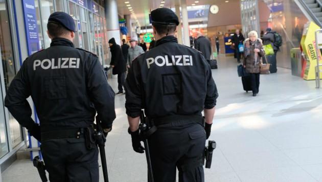 Polizisten am Linzer Hauptbahnhof. (Bild: Horst Einöder)