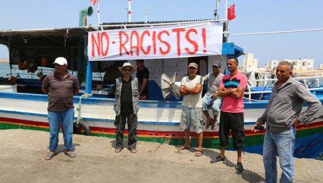 """Tunesische Fischer protestieren gegen das Identitären-Schiff """"C-Star""""."""