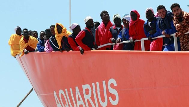 Gerettete Flüchtlinge an Bord der Aquarius (Bild: AFP)