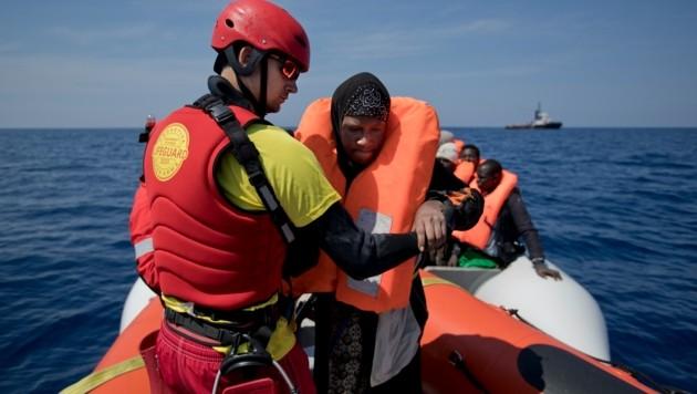 Eine Hilfsorganisation bei der Rettung von Bootsflüchtlingen aus dem Mittelmeer (Bild: AP)