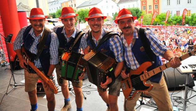 Die Echt Urigen Mander - zwei Väte und ihre Söhne auf der Bühne. (Bild: Horst Einöder)