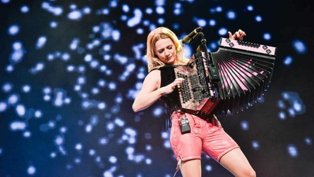 Sexy Wirbelwind: Melissa Naschenweng mit ihrer steirischen Harmonika. (Bild: Markus Wenzel)