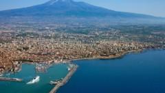 Die sizilianische Küste mit dem Ätna im Hintergrund (Bild: thinkstockphotos.de (Symbolfoto))