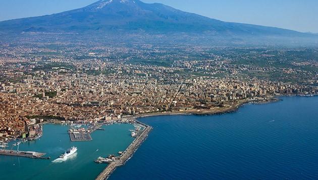 Die sizilianische Küste mit dem Ätna im Hintergrund